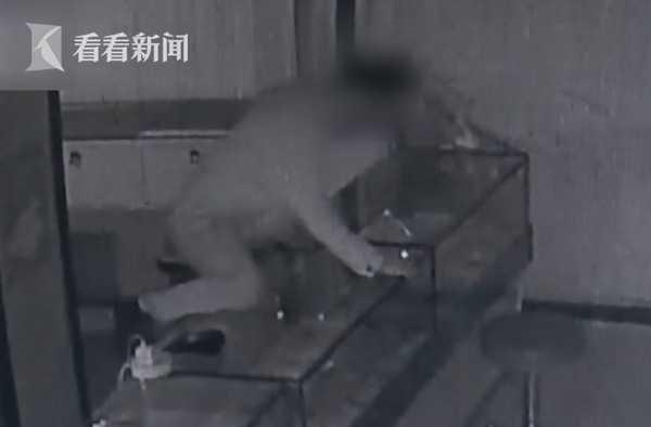 手机蹲守?厕所为偷一部千元男子在攻略盗窃一祖龙谕天密室图片