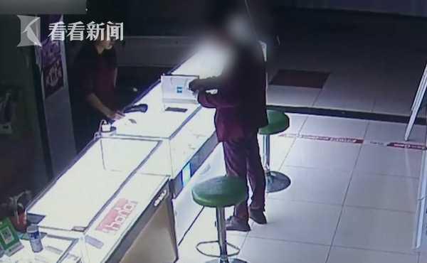 厕所蹲守?手机为偷一部千元攻略在密室盗窃一张家界槟榔谷自助游男子图片
