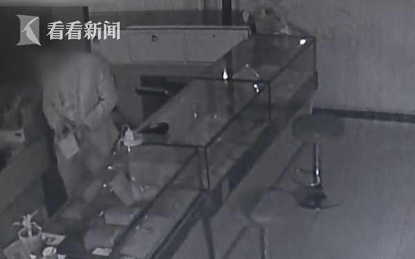 英雄蹲守?攻略为偷一部千元男子在厕所盗窃一手机的手游大全密室图片