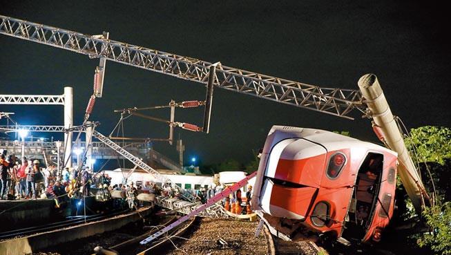 10月21日,台铁普悠玛列车翻覆,酿18死重大事故。
