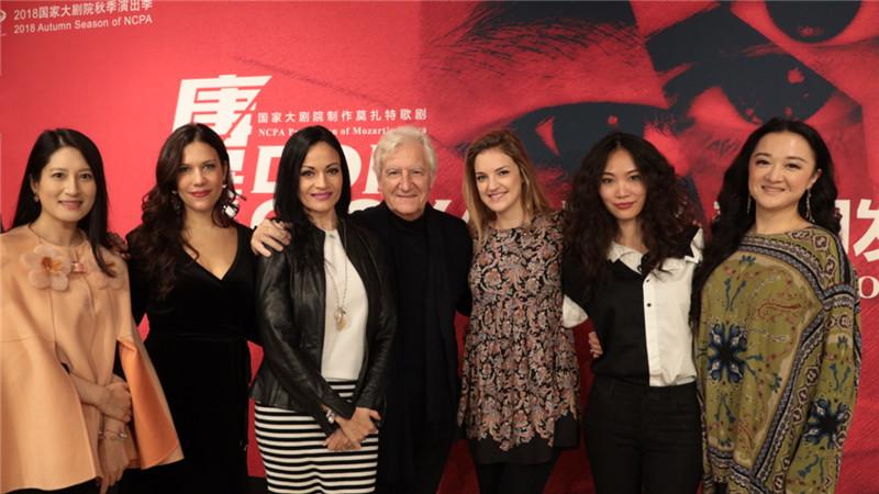 担纲导演、舞美设计、服装设计的雅尼斯·科克斯与剧中的女演员合影。王小京/摄