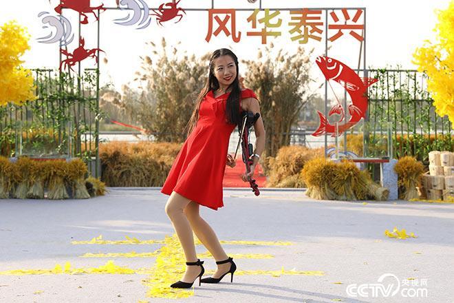 美女表演花式小提琴,嗨翻全场!
