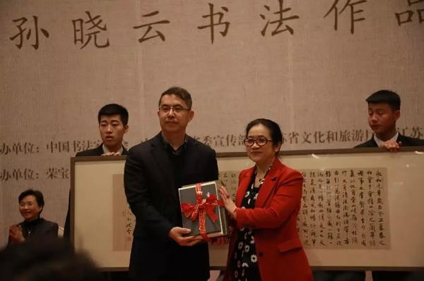 孙晓云(右)向国家博物馆赠送书法作品和作品集