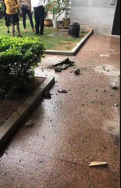 水泥块掉落砸碎