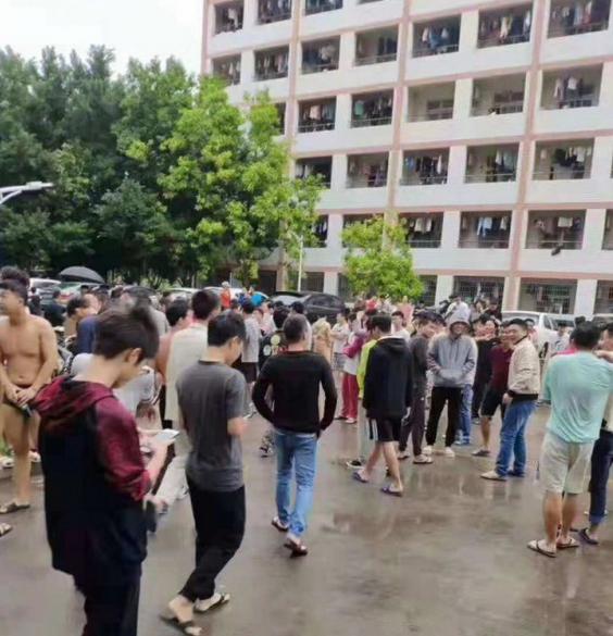 集大轮机学院的学生在宿舍边避震