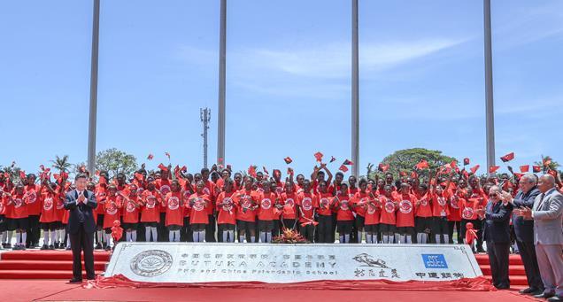 2018年11月16日,国家主席习近平在莫尔兹比港和巴布亚新几内亚总理奥尼尔共同出席中国援建的布图卡学园启用仪式。