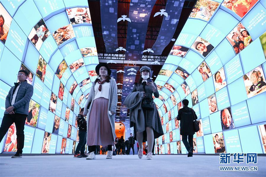 """11月17日,观众在展览上参观""""大美中国""""影像长廊。新华社记者 陈晔华 摄"""