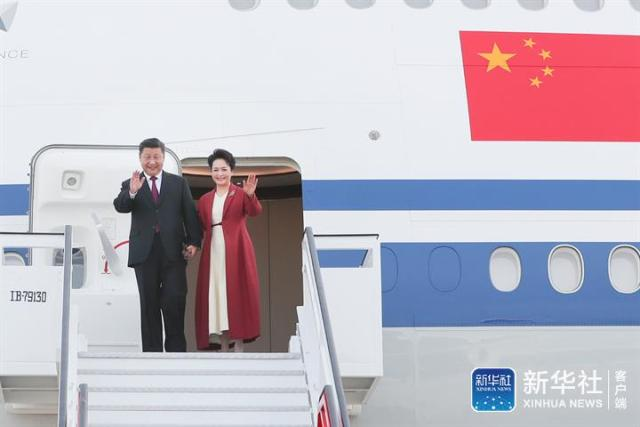 ↑当地时间11月27日,国家主席习近平抵达马德里,开始对西班牙王国进行国事访问。这是习近平和夫人彭丽媛步出舱门。新华社记者 谢环驰 摄