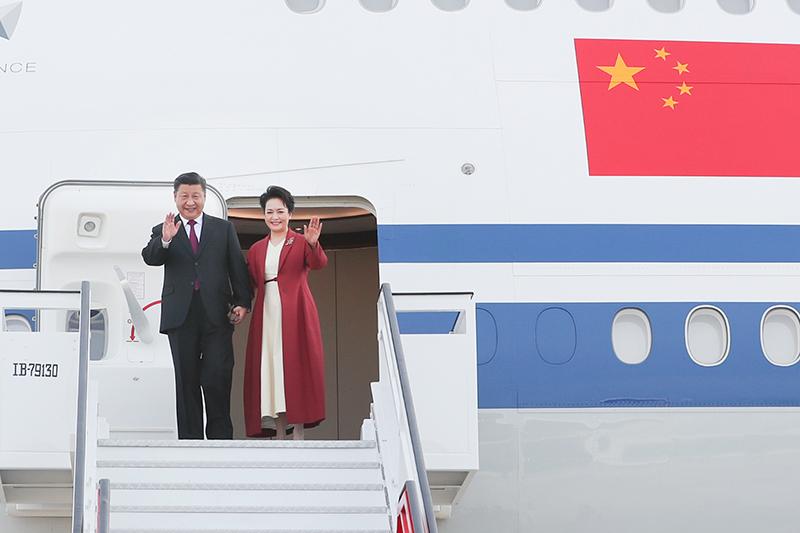 当地时间11月27日,国家主席习近平抵达马德里,开始对西班牙王国进行国事访问。这是习近平和夫人彭丽媛步出舱门。