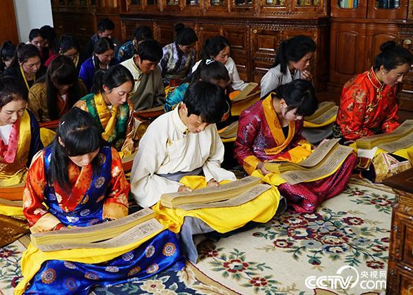 西藏藏医学院的学生正在研读记载着藏医药浴法相关知识的《四部医典》。