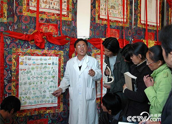 曼巴索朗次仁借助曼唐,向学生讲授《四部医典》记载的藏药浴药材。