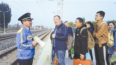 源迁站副站长东登金组织乘客排队候车。
