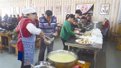 午饭时间,中郝峪村村民到大食堂免费就餐。