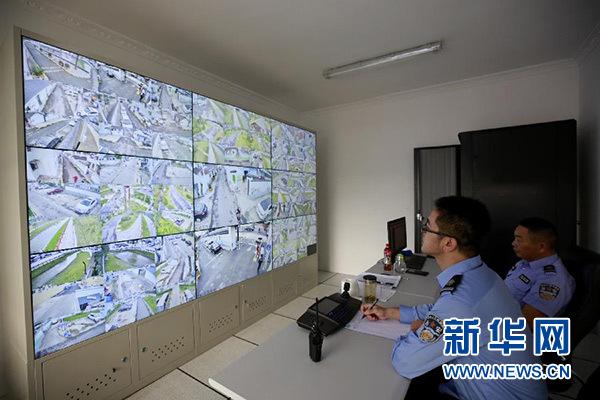 10月9日,工作人员在吴介巷美丽乡村监控室值班。新华社记者 张建松 摄