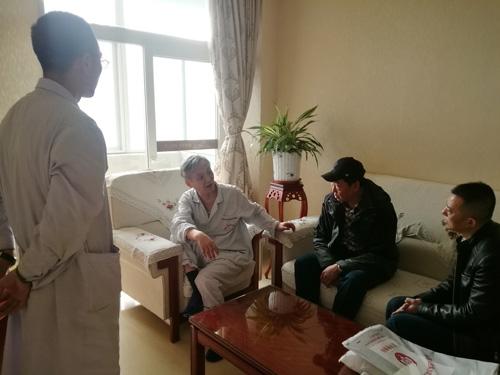 姜卫剑住院时,在病房出门诊给患者诊治