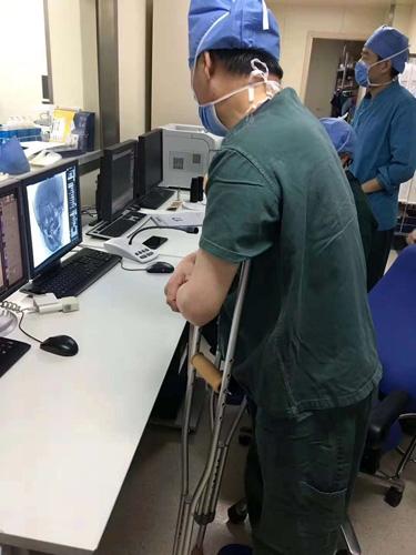 姜卫剑在手术室控制台指导手术