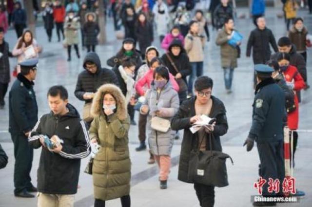 ↑资料图:考生排队准备进入考场。 中新社记者 武俊杰 摄
