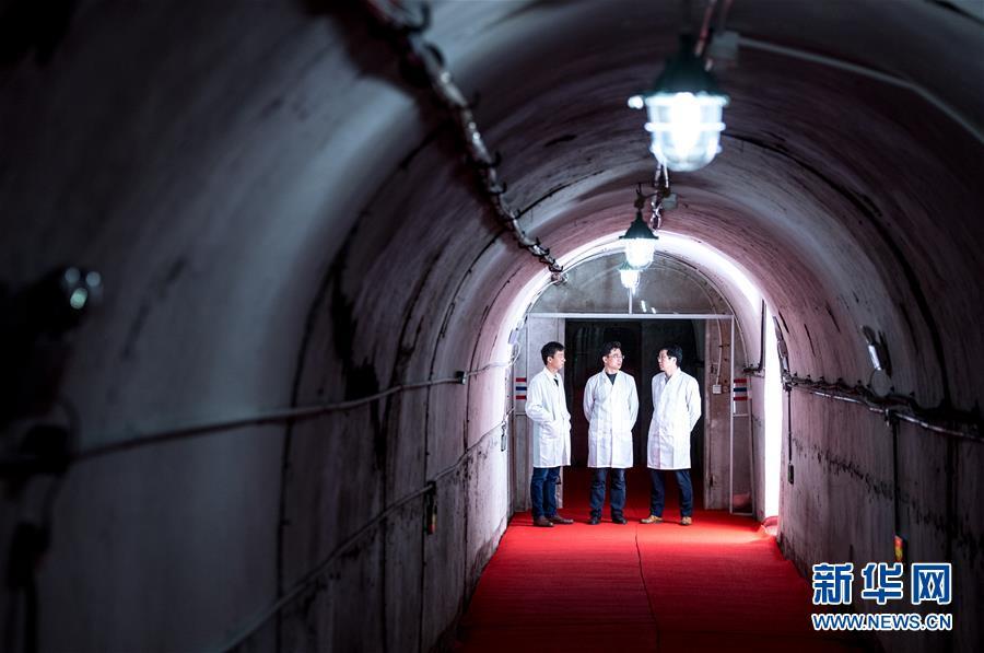 华中科技大学引力实验中心的涂良成(左)、胡忠坤(中)、周泽兵在交流实验情况(3月27日摄)。在武汉一个山洞实验室,华中科技大学进行了30多年引力常数测量,最近获得世界上最精准的结果。新华社记者 熊琦 摄