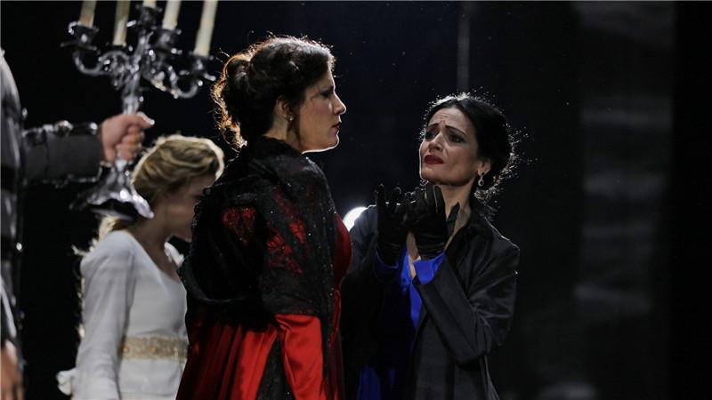 弗兰西斯卡·多托(左)饰演安娜、达维尼娅·罗德里格斯饰演艾尔薇拉。肖一/摄