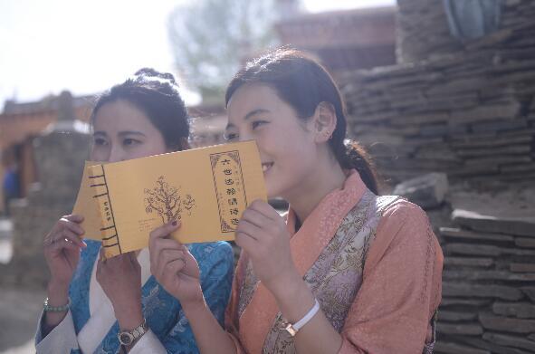 理塘姑娘们在阅读仓央嘉措诗集