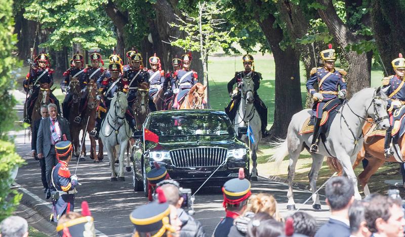 当地时间12月2日,国家主席习近平同阿根廷总统马克里在布宜诺斯艾利斯举行会谈。会谈前,马克里在总统官邸荣誉广场为习近平举行隆重欢迎仪式。这是习近平和夫人彭丽媛在马队护卫下前往总统官邸。