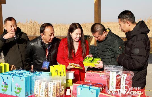 郑保红向游客展示当地盛产的荷叶茶