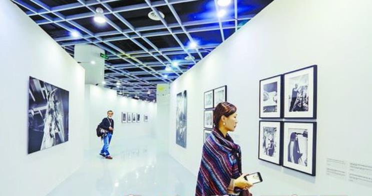 集美·阿尔勒国际摄影季上,观众欣赏摄影作品