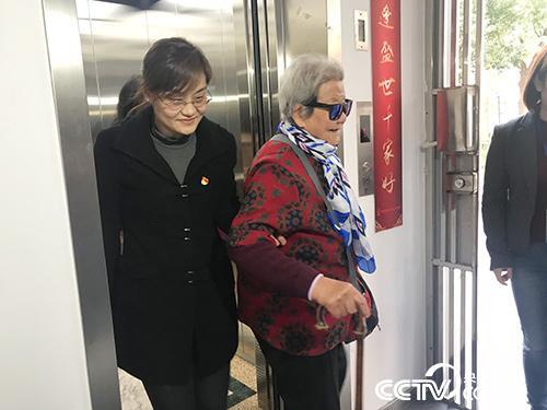 """加装电梯后,93岁的李阿婆每天能""""轻松""""上下楼了。(孔华/摄)"""