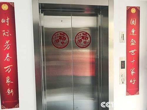 老旧小区加装电梯成了高龄老人迫切的心愿。(孔华/摄)