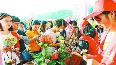 思明区城市义工协会的志愿者传授插花技艺。