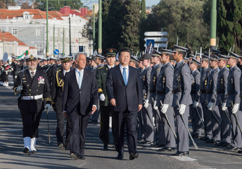 当地时间12月4日,国家主席习近平在里斯本同葡萄牙总统德索萨举行会谈。会谈前,德索萨总统在帝国广场为习近平举行隆重欢迎仪式。