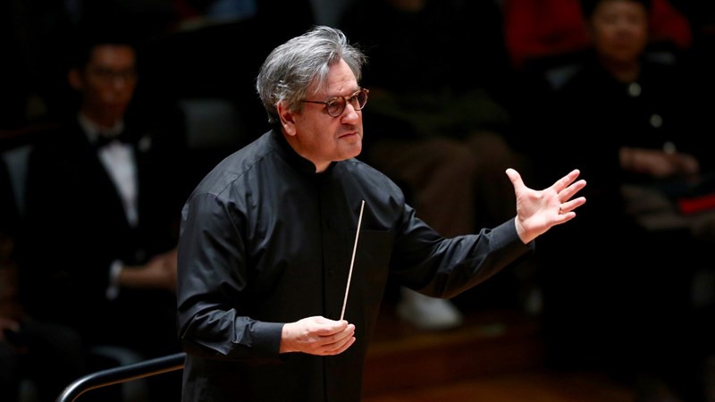 """帕帕诺指挥圣切契利亚交响乐团奏响了贝多芬《第五交响曲""""命运""""》。牛小北/摄"""