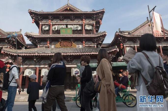 12月3日,观众在横店影视城参观游览。新华社记者翁忻旸 摄