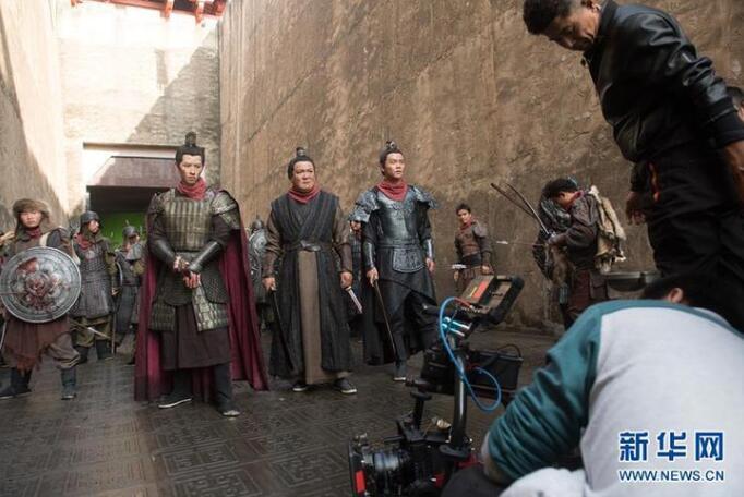12月3日,一个剧组在横店影视城进行影视剧拍摄。新华社记者翁忻旸 摄