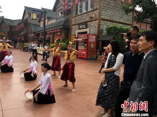 资料图:台湾旅游业界人士驻足观赏闽南民俗表演。中新社记者 杨伏山 摄