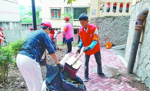 志愿者们齐动手,清理卫生死角,扮靓家园。