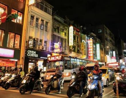 """资料图:摩托车阵穿梭在台北街头,台湾享有""""摩托车背上的宝岛""""之美誉。中新社发 赵隽 摄"""