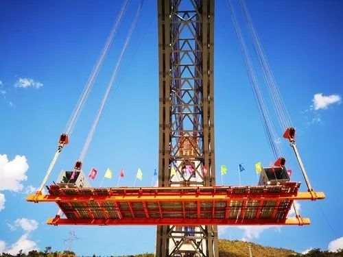 大瑞铁路怒江四线特大桥钢杆件吊装。(图片来源:新华网 张伟明 摄)