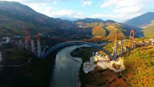 高空俯瞰大瑞铁路怒江四线特大桥。(图片来源:新华网 张伟明 摄)