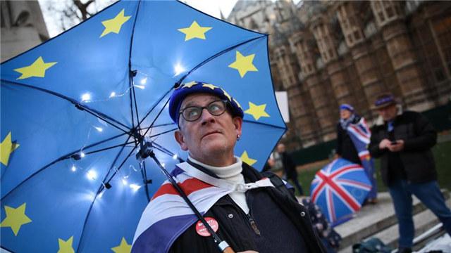 """英国首相推迟议会""""脱欧""""表决被指""""拖延时间"""""""