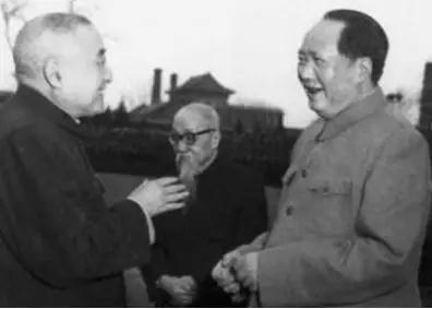 """图为民建主要创始人黄炎培(左)与毛泽东畅谈""""历史周期率""""。"""
