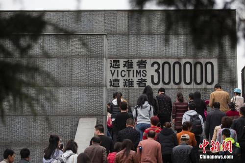 资料图:2017年4月4日,侵华日军南京大屠杀遇难同胞纪念馆举行清明家祭。 泱波 摄