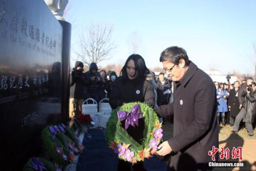 当地时间12月9日,由当地华侨华人筹资修建的南京大屠杀遇难者纪念碑在加拿大多伦多揭幕。中新社记者 余瑞冬 摄