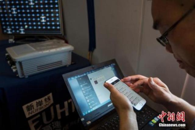 ↑资料图:市民正在使用手机上网。中新社记者 侯宇 摄