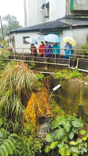 台湾基隆市七堵区拔西猴溪护岸上边坡土石裸露。台湾《中国时报》记者张颖齐摄