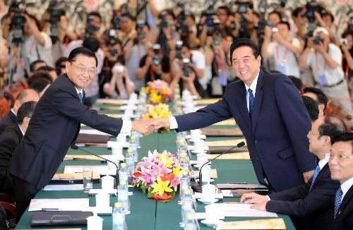 2008年6月,时任海协会会长陈云林(右)与时任海基会董事长江丙坤(左)在北京举行会谈。(图片来源:新华社)