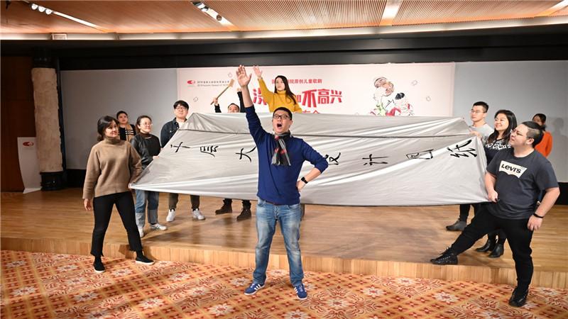 新闻发布会现场演员们为观众精彩演绎歌剧《没头脑和不高兴》片段。高尚/摄