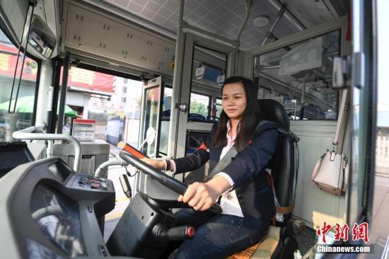 11月5日,湖南长沙123路的公交女司机蒋晓玲在透明的驾驶隔离区驾驶汽车。近日,长沙部分新型公交车增设了驾驶室隔离装置,保障司机开车免受干扰。中新社记者 杨华峰 摄