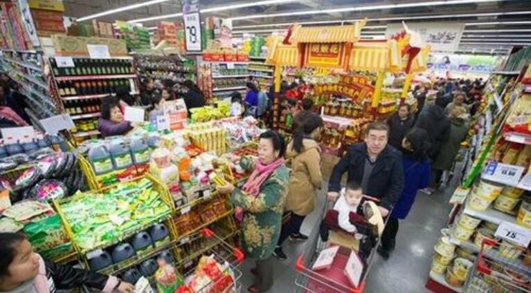 资料图:正在购物的民众。中新社记者 张云 摄