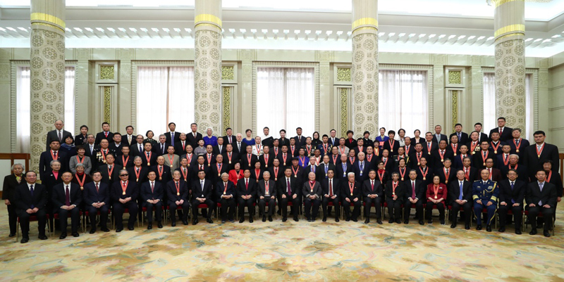 12月18日,庆祝改革开放40周年大会在北京人民大会堂隆重举行。中共中央总书记、国家主席、中央军委主席习近平在大会上发表重要讲话。这是庆祝大会结束后,习近平等同受表彰人员及亲属代表合影留念。